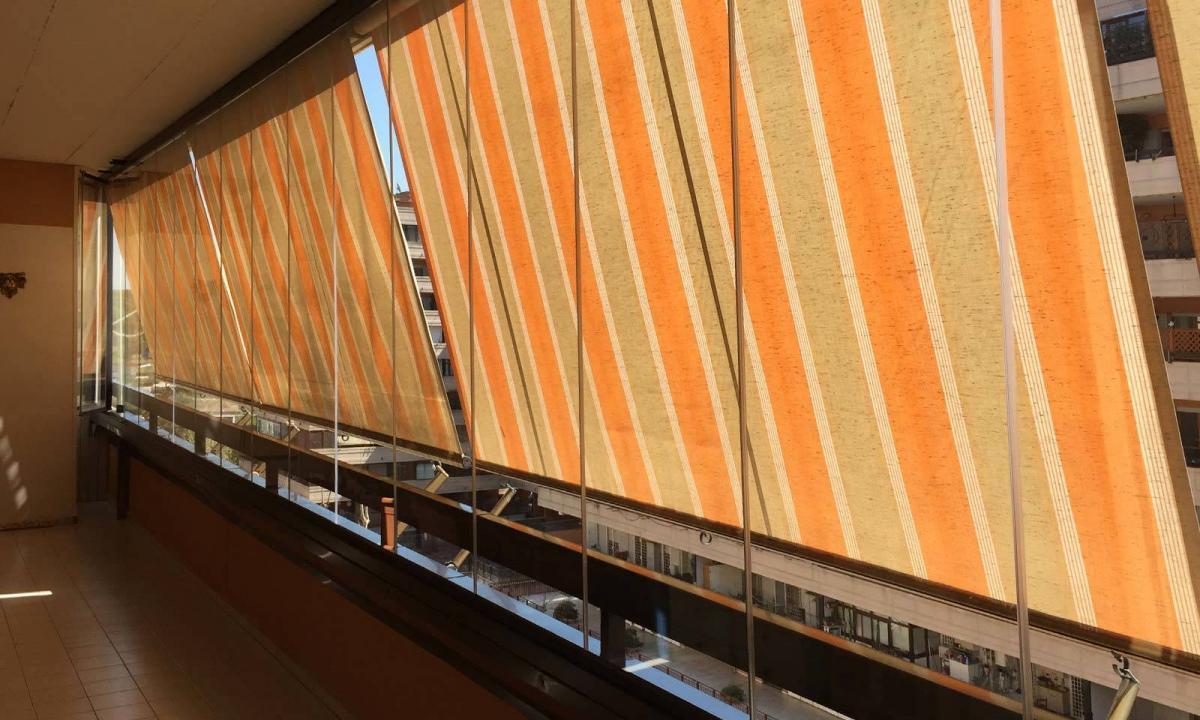 balcone chiuso con vetrate a pacchetto e tende