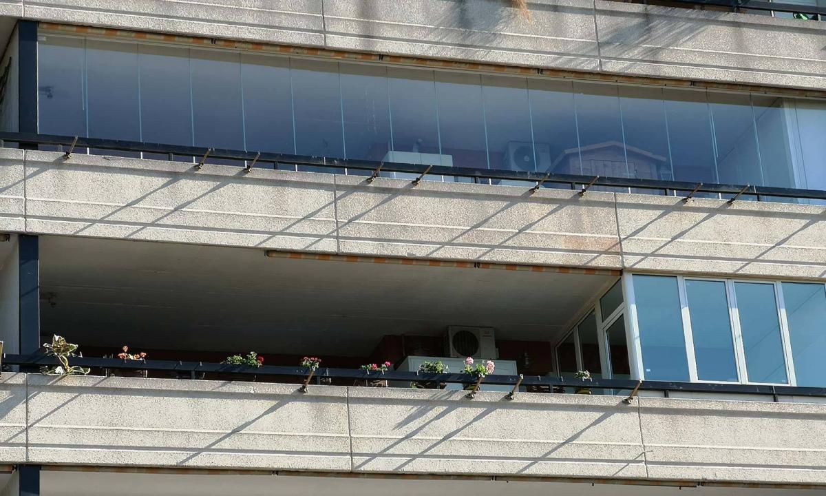 vetrate panoramiche su lungo balcone condominiale