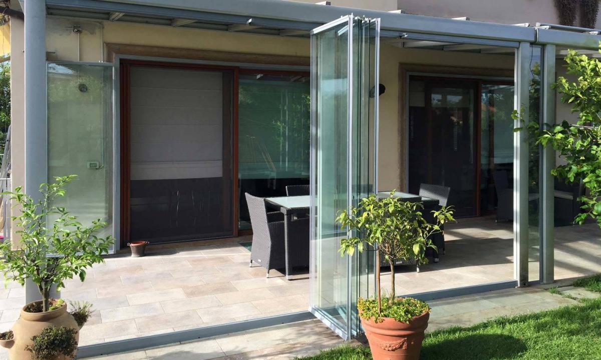 chiusura delle vetrate a pacchetto di un patio
