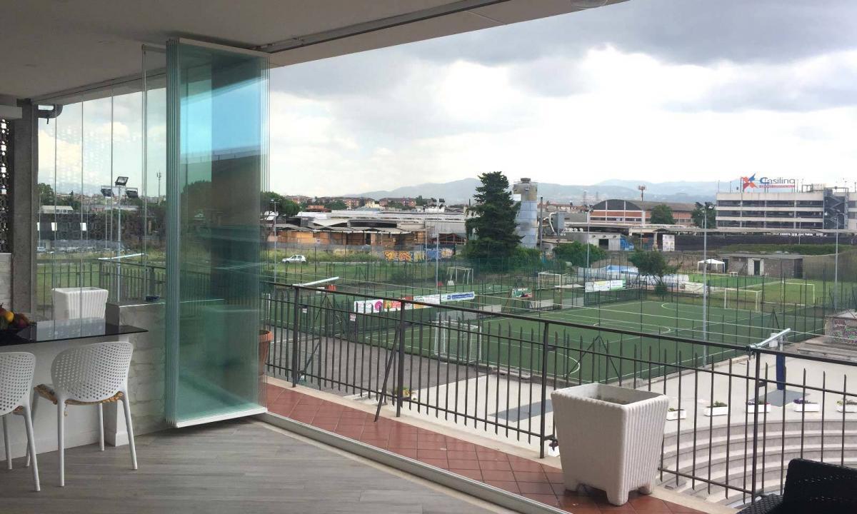 grande balcone con vetrate a pacchetto