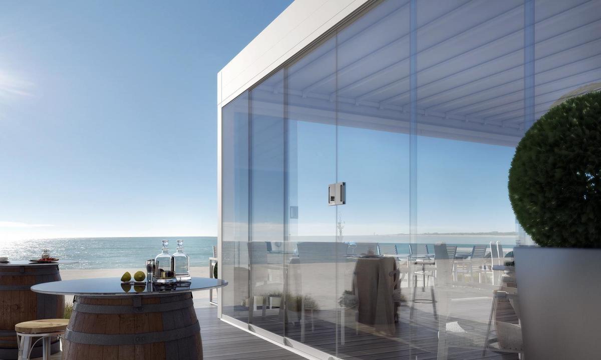 vetrate di ristorante sulla spiaggia