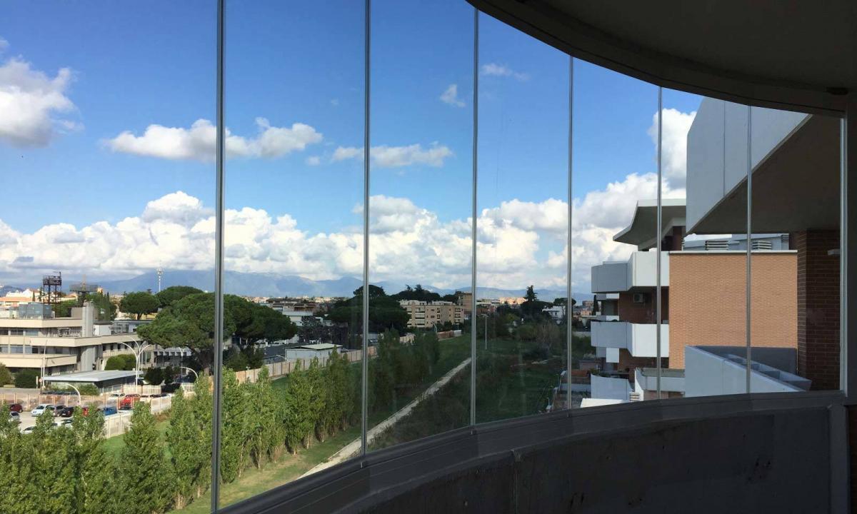 balcone curvo chiuso con vetrate a pacchetto