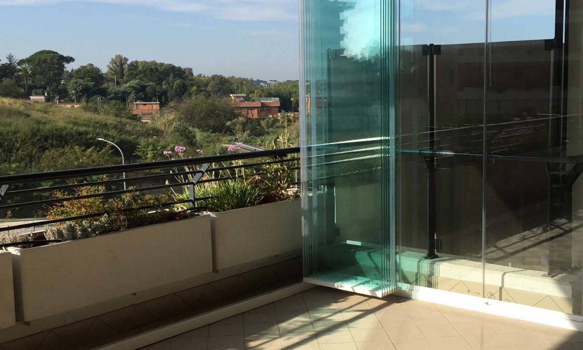 Classico balcone con vetrate impacchettate