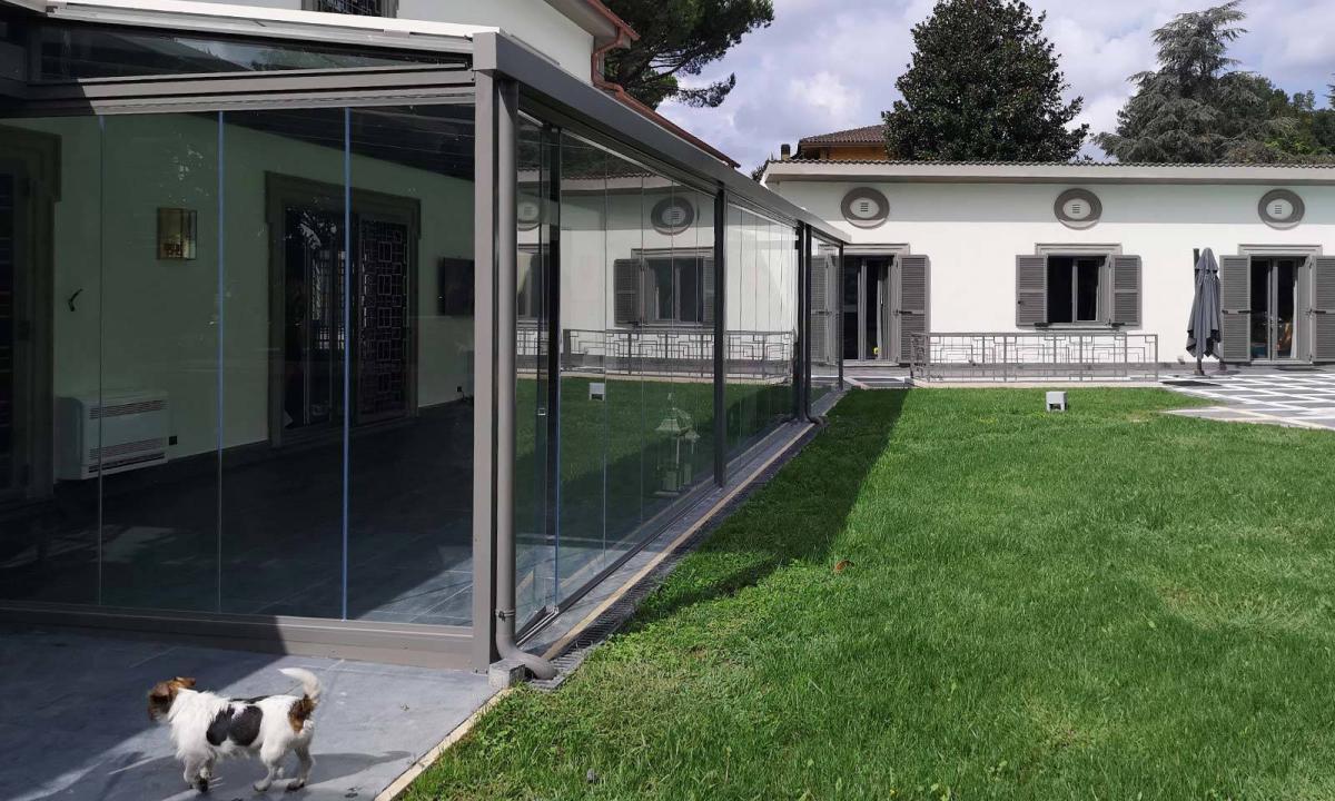 pergola su giardino chiusa con vetrate a pacchetto