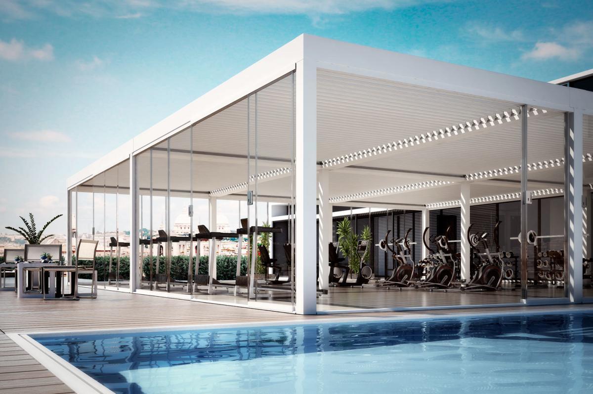 Palestra bordo piscina resort lusso. Sistema di vetrate scorrevoli